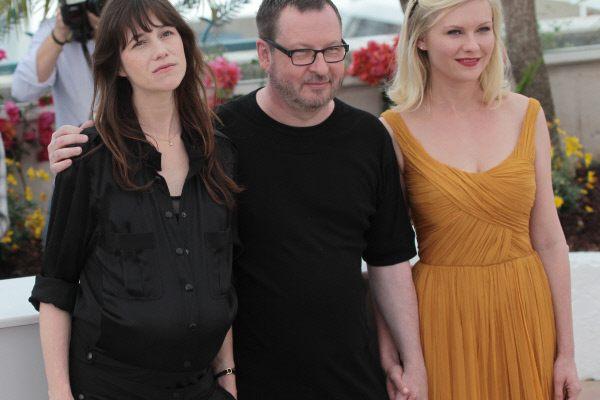 Ларс фон Триер с главными исполнительницами «Меланхолии» — Шарлоттой Гензбур и Кирстен Данст в Каннах.